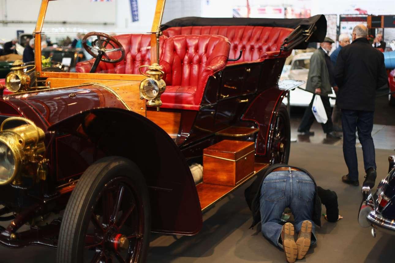 Ενας λάτρης των αυτοκινήτων αντίκες επεξεργάζεται διεξοδικά τη Mercedes 45hp Tourabout Chassis του 1906