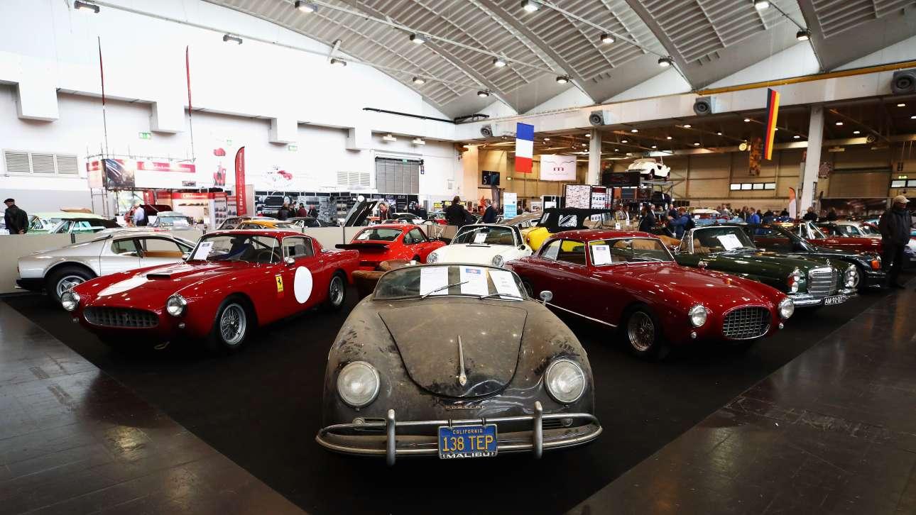 Μία ταλαιπωρημένη Porsche 356A 1600 Speedster του 1957. Ενα «εύρημα αχυρώνα» (barn find), ένας όρος που χρησιμοποιείται για κλασικά αυτοκίνητα και μοτοσικλέτες που εγκαταλείπονται σε αυλές και σπιτικά γκαράζ για χρόνια, έχουν όμως έντονο συλλεκτικό ενδιαφέρον λόγω σπανιότητας