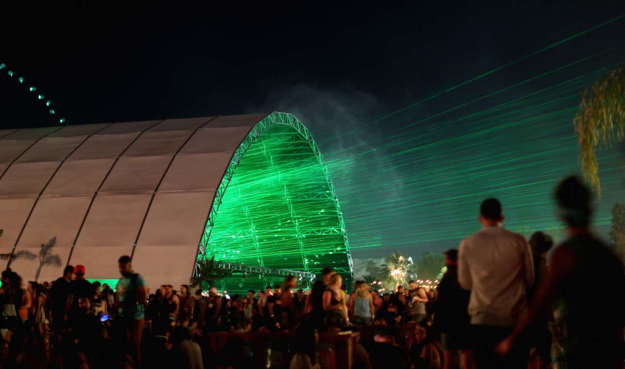 Πράσινα φώτα λέιζερ ξεπροβάλλουν μέσα από τη σκηνή Σάχαρα, φωτίζοντας τον καλιφορνέζικο ουρανό