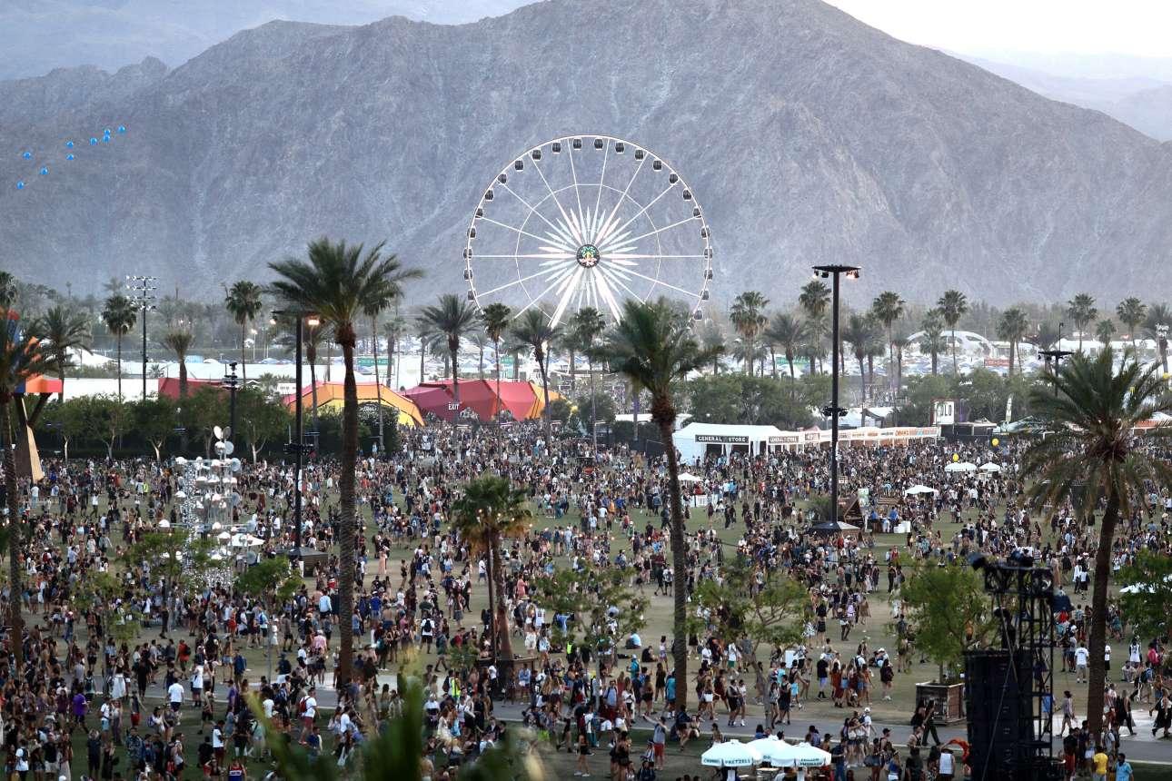 Φοίνικες, έρημος, βουνά και μια τεράστια ρόδα συνθέτουν το ξεχωριστό καλιφορνέζικο τοπίο της Coachella στη πόλη Ιντίο ή αλλιώς «Πόλη των φεστιβάλ», όπως την αποκαλούν