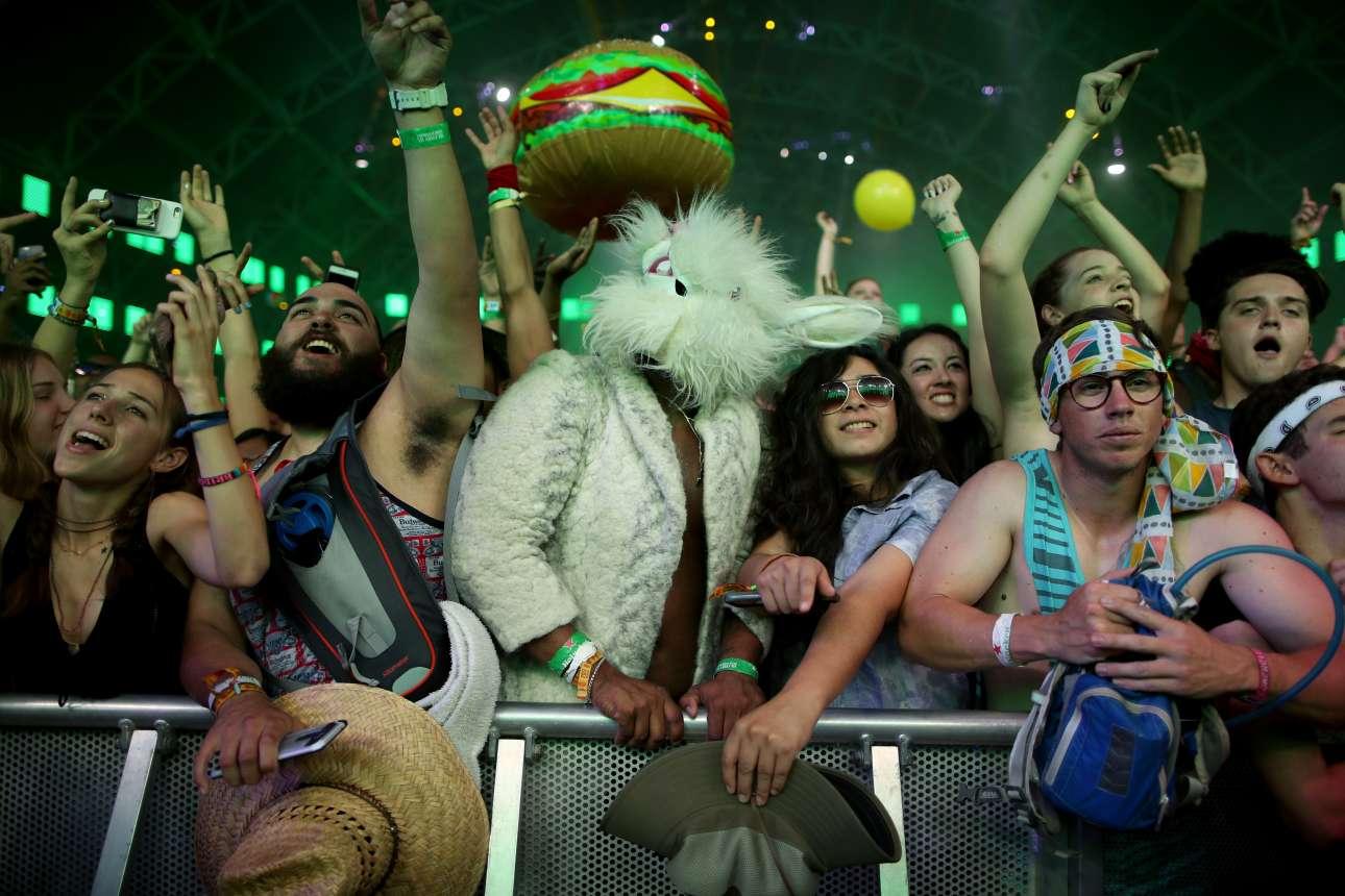 Ενας άνδρας ντυμένος λαγός παρακολουθεί τις συναυλίες ανάμεσα στο ενθουσιασμένο πλήθος