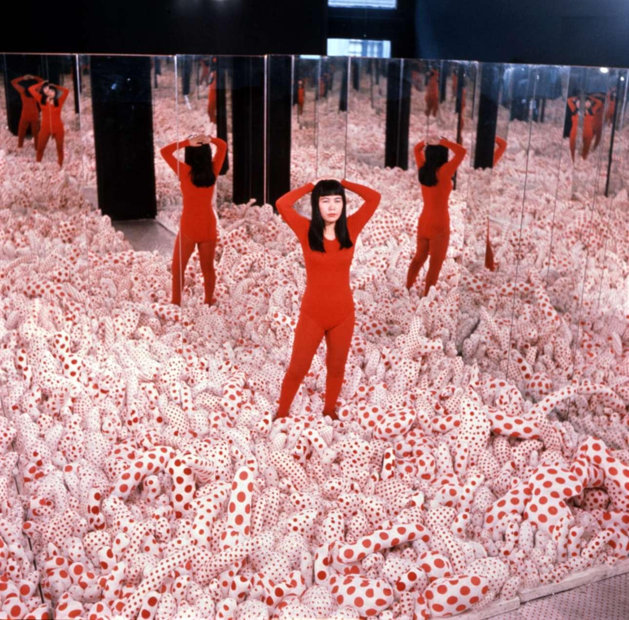Τα δωμάτια με τους καθρέφτες είναι σχεδιασμένα έτσι ώστε ο επισκέπτης να γίνεται μέρος του έργου. Αυτο το χαρακτηριστικό παρουσίασε και η Γιαγιόι Κουσάμα σε μια σειρά από αυτοπροσωπογραφίες μέσα στο δωμάτιο «Phalli's Field», το 1965