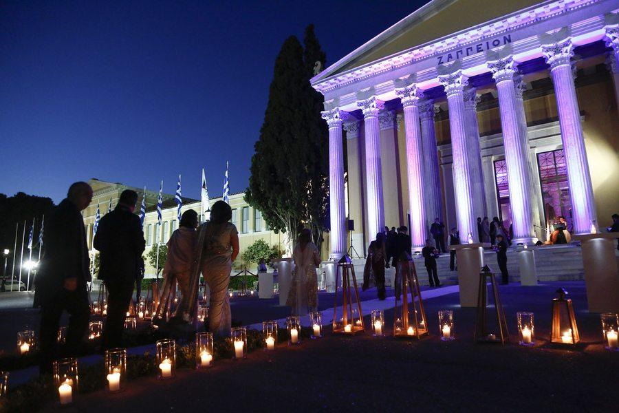 """Προσκεκλημένοι προσέρχονται σε δεξίωση ινδικού υπερπολυτελή γάμου, στο Ζάππειο Μέγαρο, Αθήνα, Κυριακή 9 Απριλίου 2017. Σύμφωνα με όσα αναφέρει η """"Καθημερινή"""", για τις ανάγκες φιλοξενίας των περίπου 400 καλεσμένων έχει κλειστεί όλο το King George και μεγάλο μέρος της """"Μεγάλης Βρεταννίας"""", ενώ για την παροχή ξενοδοχειακών υπηρεσιών, την εστίαση και την πραγματοποίηση άλλων παράλληλων εκδηλώσεων αναμένεται σε διάστημα 4 ημερών να δαπανηθεί ποσό μεγαλύτερο των 500.000 ευρώ. Οι οικογένειες του γαμπρού και της νύφης, με καταγωγή από την Ινδία, δραστηριοποιούνται στη Νιγηρία και στο Λονδίνο. ΑΠΕ-ΜΠΕ/ ΑΠΕ-ΜΠΕ/ ΓΙΑΝΝΗΣ ΚΟΛΕΣΙΔΗΣ"""