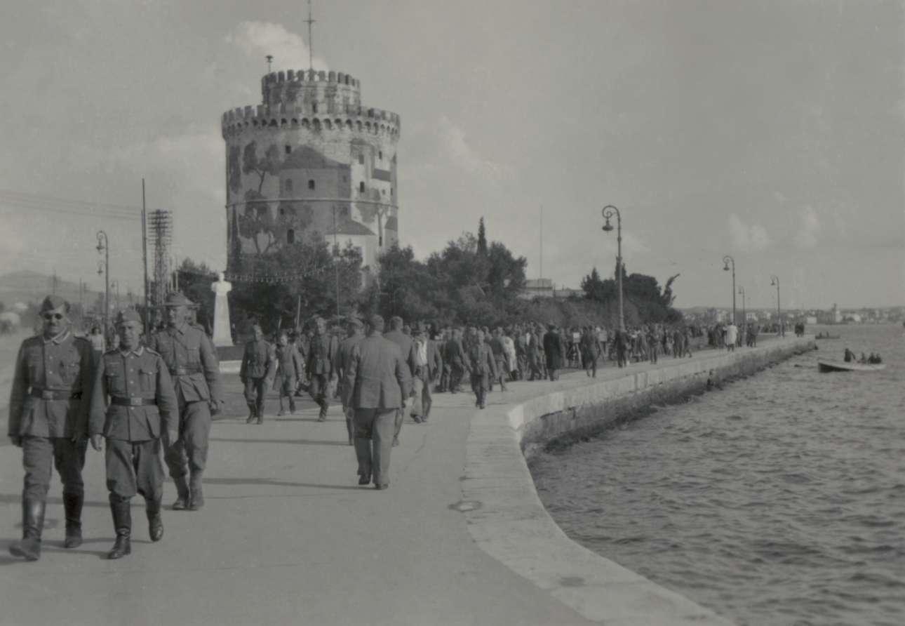 Γερμανοί στρατιώτες κάνουν βόλτα στην προκυμαία της Θεσσαλονίκης. Ο Λευκός Πύργος ήταν βαμμένος στα χρώματα της παραλλαγής εκείνη την περίοδο