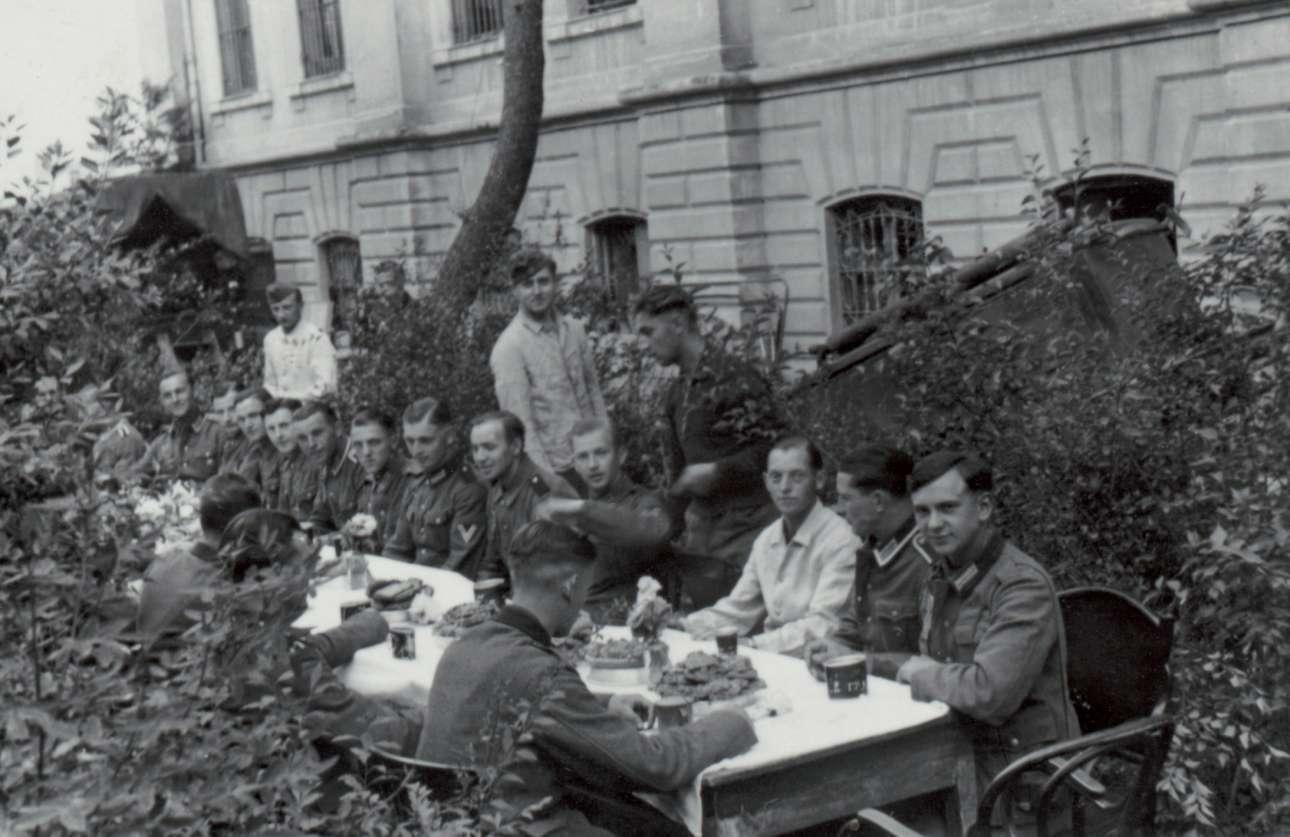 Γεύμα στο Γερμανικό Στρατιωτικό Νοσοκομείο (το επιταγμένο Παπάφειο Ορφανοτροφείο) για τη Γιορτή της Μητέρας, τον Μάιο του 1941