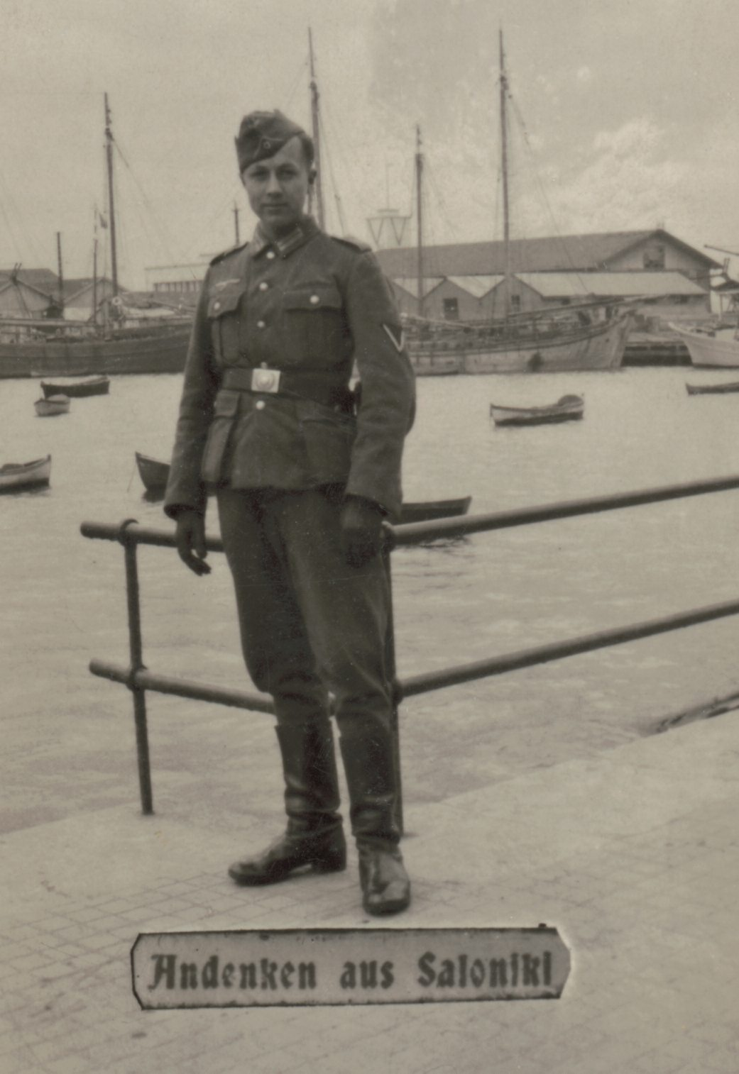 «Ενθύμιο από τη Θεσσαλονίκη». Ο γερμανός στρατιώτης ποζάρει με φόντο το λιμάνι, αιχμαλωτίζοντας μια ανάμνηση από τη θητεία του στην Ελλάδα