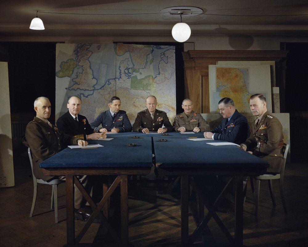 Ο στρατηγός Ντουάιτ «Αϊκ» Αϊζενχάουερ - και μετέπειτα προέδρος των ΗΠΑ- (στο μέσον) μαζί με τους ανώτερους διοικητές του στο Στρατηγείο Συμμαχικών Δυνάμεων στο Λονδίνο, τον Φεβρουάριο του 1944