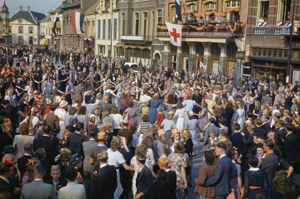 Ολλανδοί χορεύουν στους δρόμους μετά την απελευθέρωση του Αϊντχόβεν από τις συμμαχικές δυνάμεις, τον  Σεπτέμβριο του 1944