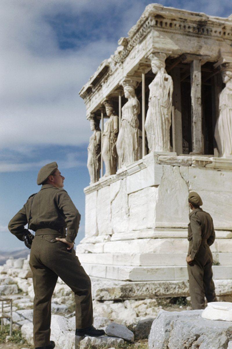 Βρετανοί στρατιώτες θαυμάζουν τις Καρυάτιδες της Ακρόπολης στην Αθήνα, τον Οκτώβριο του 1944