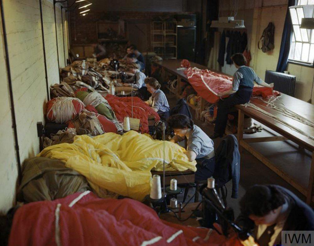 Ράβοντας για την νίκη... Μέλη της Βοηθητικής Αεροπορίας Γυναικών (WAAF) επιδιορθώνουν και ετοιμάζουν τα αλεξίπτωτα για την Απόβαση στη Νορμανδία, στις 31 Μαΐου του 1944