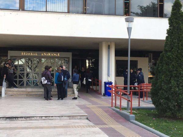 Η Αστυνομία έξω από το Πανεπιστήμιο...