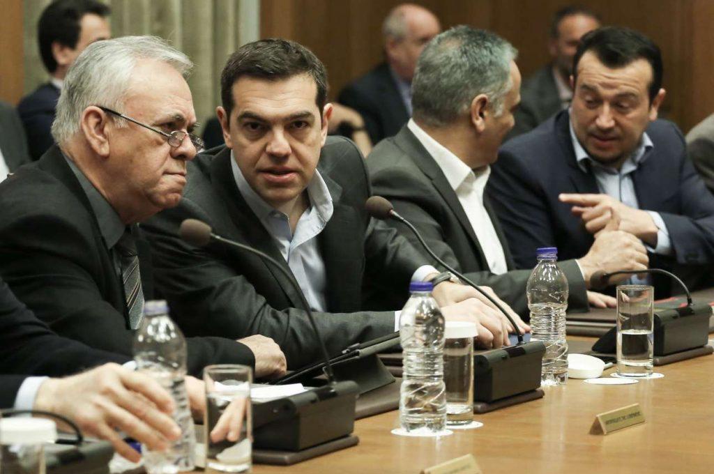 Αλέξης Τσίπρας και Γιάννης Δραγασάκης αριστερά) στο υπουργικό συμβούλιο της Μεγάλης Πέμπτης. Στο βάθος διακρίνονται Πάνος Σκουρλέτης και Νίκος Παππάς. Η κυβέρνηση έχει μπροστά της 40 δύσκολες ημέρες (ΙΝΤΙΜΕ/ΛΙΑΚΟΣ ΓΙΑΝΝΗΣ)