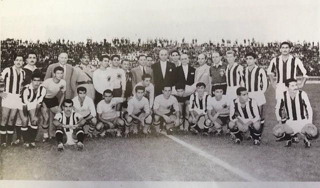 Εγκαίνια του γηπέδου της Τούμπας, 6 Σεπτεμβρίου 1959. Οι ομάδες του ΠΑΟΚ και της ΑΕΚ πριν αρχίσει ο πανηγυρικός φιλικός αγώνας