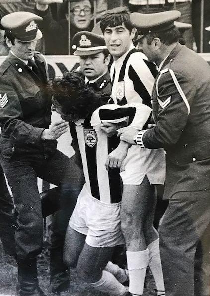 Ο Νέτο Γκουερίνο, υποβασταζόμενος, μετά το ιστορικό γκολ που πέτυχε