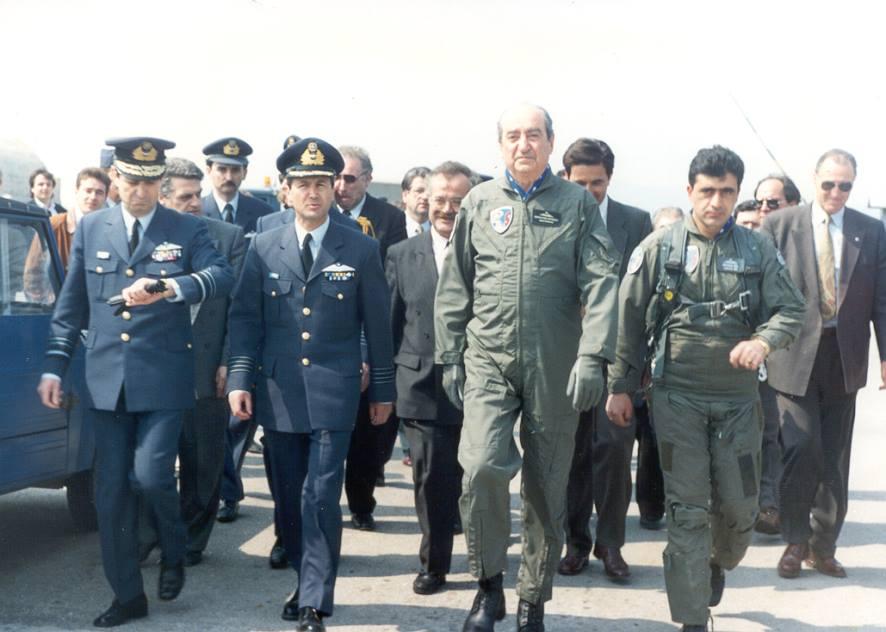 Μάρτιος του 1992, δύο ημέρες πριν από την εθνική επέτειο, ο Κωνσταντίνος Μητσοτάκης στη βάση της Αγχιάλου, λίγο πριν την πτήση με μαχητικό σκάφος F-16.