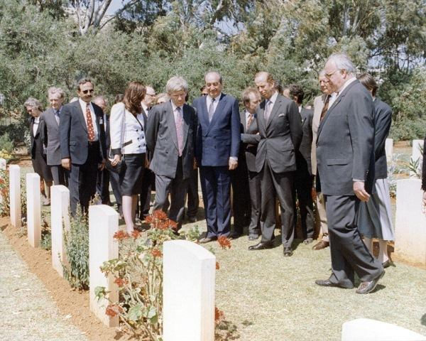 Μάιος 1991, ο Κωνσταντίνος Μητσοτάκης με τον καγκελάριο της Γερμανίας Χέλμουτ Κολ και τον Δούκα του Κεντ στο γερμανικό νεκροταφείο κατά τον εορτασμό της επετείου των 50 χρόνων από τη Μάχη της Κρήτης.
