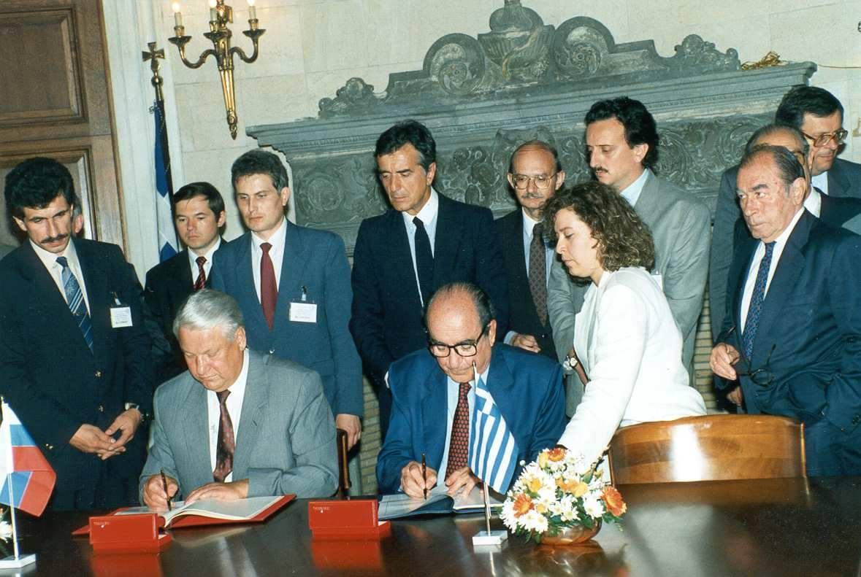 Ιούνιος 1993, ο πρωθυπουργός Κωνσταντίνος Μητσοτάκης υπογράφει στην Αθήνα συμφωνίες με τον πρόεδρο της Ρωσίας Μπορίς Γιέλτσιν, κατά την επίσημη επίσκεψή του τελευταίου στην Ελλάδα.