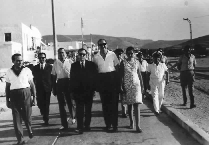 Ο Κωνσταντίνος Μητσοτάκης με την κόρη του Ντόρα κατά τη διάρκεια επίσκεψής τους στην Πάρο, τον Ιούλιο του 1966