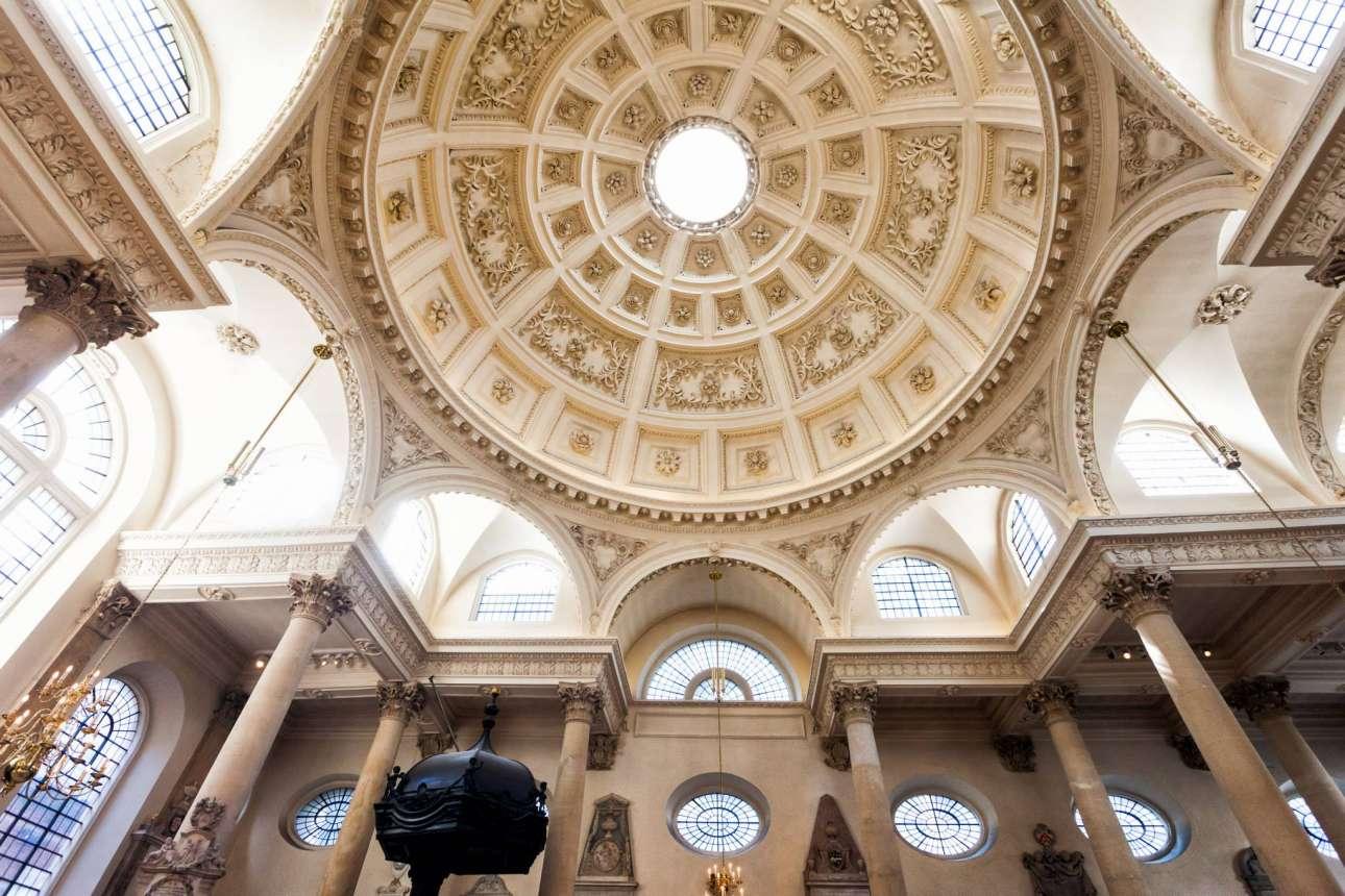 Αγίος Στέφανος του Γουόλμπρουκ, Σίτι του Λονδίνου.  Από μακριά το κτίριο του ναού που σχεδιάστηκε από τον Κρίστοφερ Ρεν φαίνεται πολύ μέτριο. Το εσωτερικό αυτής της εκκλησίας, όμως, αποδεικνύει ότι είναι ένα από τα αρχιτεκτονικά θαύματα του τέλους του 17ου αιώνα στην Ευρώπη. Η οροφή της με τα θαυμάσια φατνώματα στηρίζεται σε οκτώ κίονες κορινθιακού ρυθμού και ανάμεσα στα οκτώ τόξα υπάρχουν παράθυρα με διάφανο γυαλί