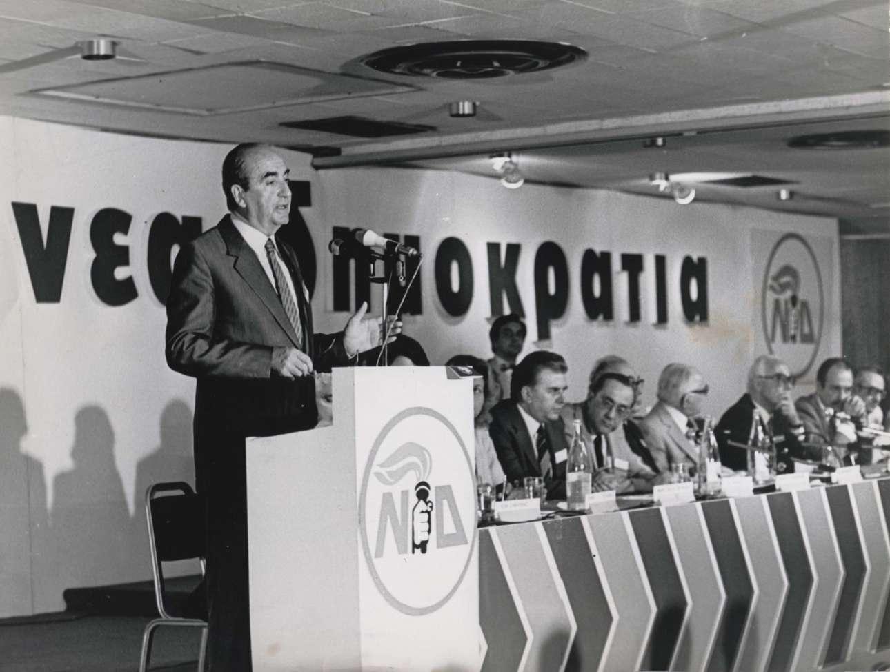 Στο βήμα του 9ου Περιφερειακού Συνεδρίου της Νέας Δημοκρατίας στην Αλεξανδρούπολη, 20 Σεπτεμβρίου του 1980.