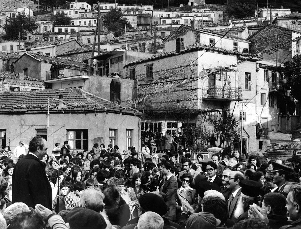 Ομιλία Κωνσταντίνου Μητσοτάκη σε συγκεντρωμένο πλήθος κατά τη διάρκεια επίσκεψης στη Σαμοθράκη.