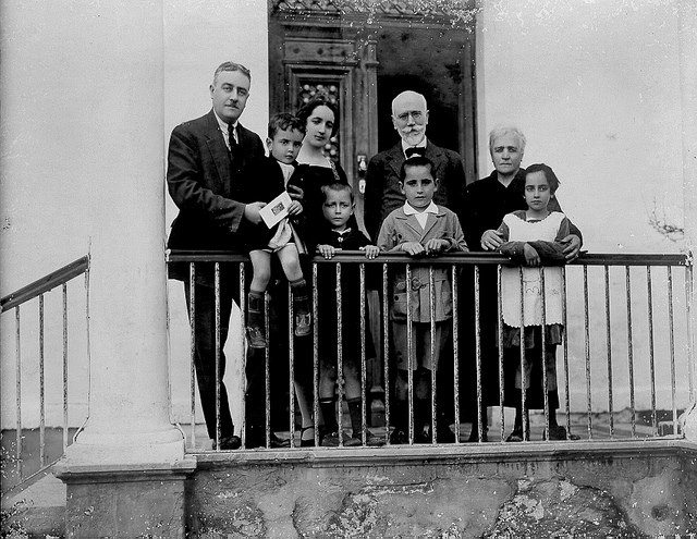 Με τον θείο του Ελευθέριο Βενιζέλο το 1927 στο σπίτι της οικογένειας Μητσοτάκη. Ο Κωνσταντίνος Μητσοτάκης στέκεται μπροστά από τον Βενιζέλο