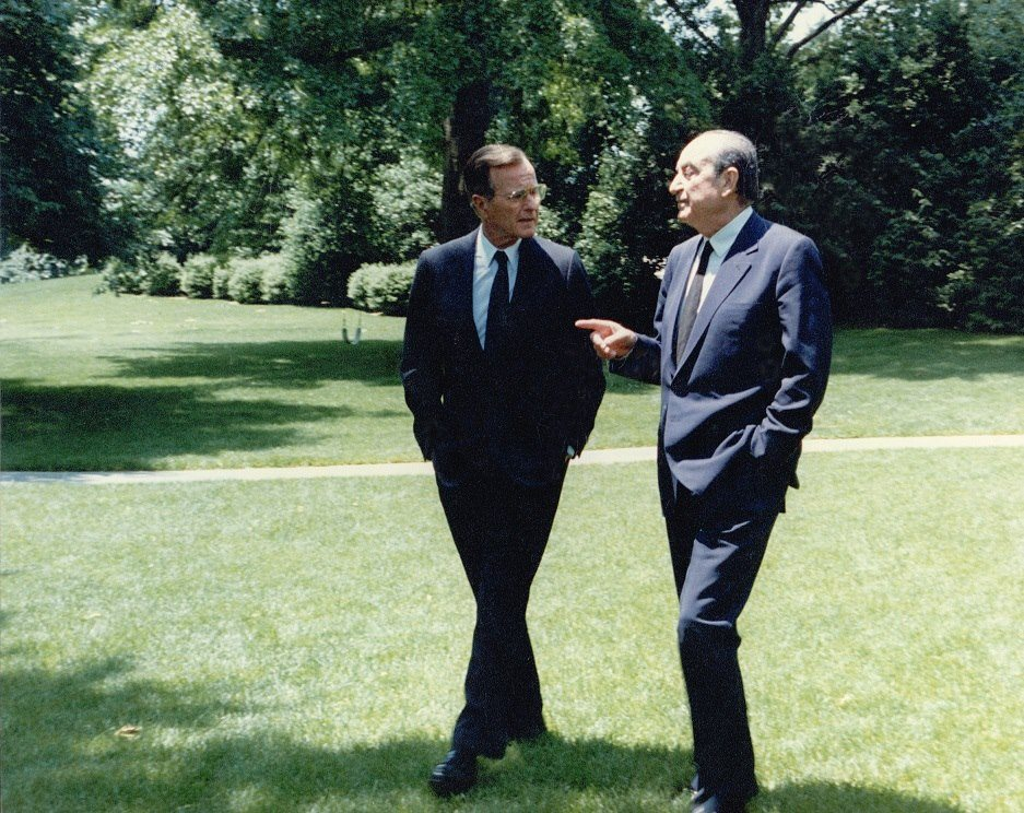 Αλλο στιγμιότυπο από την επίσκεψη του Κωνσταντίνου Μητσοτάκη στον Λευκό Οίκο. Ανάμεσα στην οικογένεια Μητσοτάκη και στον Τζορτζ Μπους τον πρεσβύτερο αναπτύχθηκε μια πολύ καλή και στενή σχέση