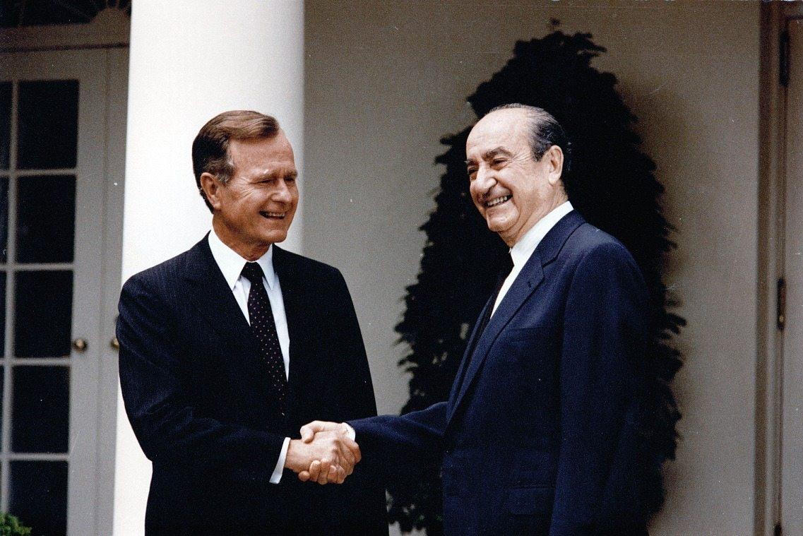 O Κωνσταντίνος Μητσοτάκης με τον 41ο πρόεδρο των ΗΠΑ Τζορτζ Μπους τον πρεσβύτερο στον Λευκό Οίκο