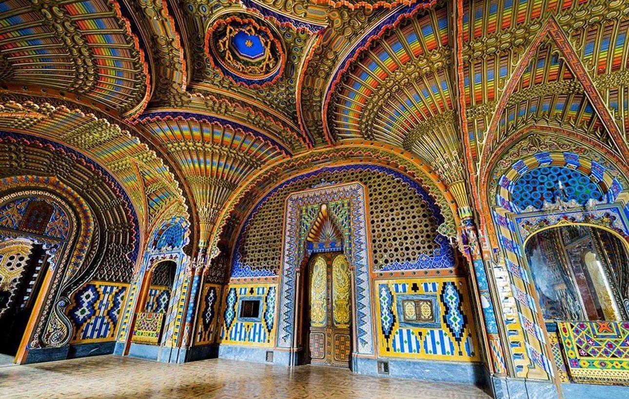 Κάστρο του Σαμετζάνο, Λέτσο, Ιταλία. Παγώνια και άλλα εξωτικά στοιχεία ήταν η πηγή έμπνευσης για την εκπληκτική διακόσμηση της οροφής του παλάτσο που χτίστηκε από έναν ισπανό αριστοκράτη στις αρχές του 1600 κοντά στην Φλωρεντία. Τον 19ο αιώνα ο απόγονός του αρχιτέκτονας Φερντινάντο Πανθιατίτσι Σιμένες το ανακαίνισε προσδίδοντάς του το χαρακτηριστικό μαυριτανικό στυλ. Μετά τον 2ο Παγκόσμιο Πόλεμο λειτούργησε ως ξενοδοχείο πολυτελείας, σήμερα όμως στέκει έρημο πια περιμένοντας να ανακαινιστεί