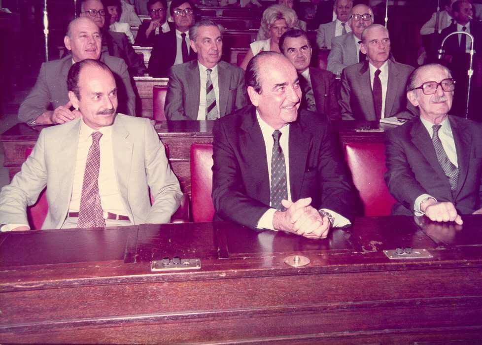 Σεπτέμβριος 1984. Ο Κωνσταντίνος Μητσοτάκης έχει κερδίσει την ηγεσία της ΝΔ από τον Κωστή Στεφανόπουλο (αριστερά) και διαδέχεται τον Ευάγγελο Αβέρωφ (δεξιά)