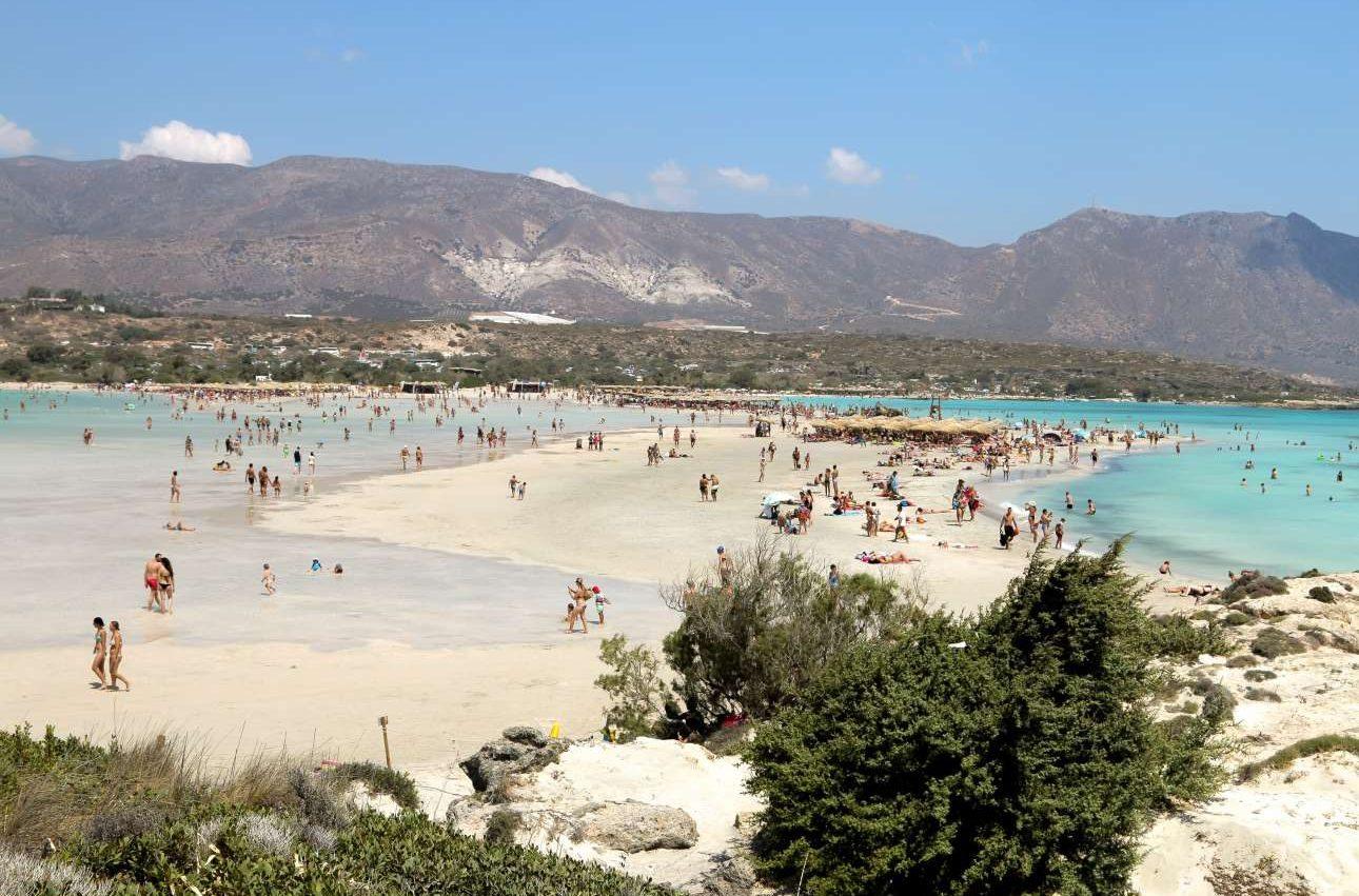 Πρώτο στη λίστα το μαγευτικό Ελαφονήσι στην Κρήτη. Κρυστάλλινα τιρκουάζ νερά, ροζ άμμος και οι ρηχές λιμνούλες συνθέτουν ένα εξωπραγματικό σκηνικό που αφήνει τον επισκέπτη άφωνο