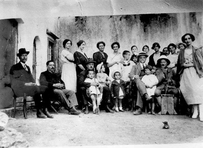 Χανιά, 1922. Ο Κωνσταντίνος Μητσοτάκης με την οικογένειά του, στην αγκαλιά του πατέρα του Κυριάκου (στο μέσον)