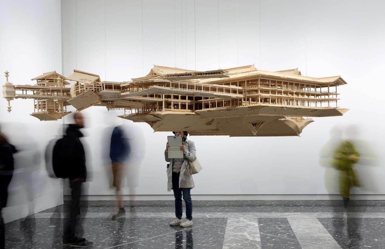 Παραδοσιακή αρχιτεκτονική και μινιμαλισμός στο περίπτερο της Ιαπωνίας, με την αιωρούμενη εγκατάσταση του Τακαχίρο Ιγουασάκι με τίτλο «Μοντέλο Αντανάκλασης/Συλλογισμού» (Reflection Model)