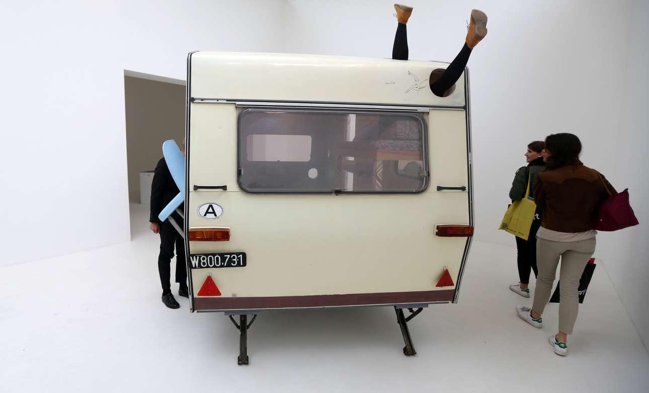 Δύο καλλιτέχνες από την Αυστρία, η Μπριγκίτε Κόβανς και η Ερβιν Βορμ συνεργάζονται και εξερευνούν τις έννοιες της γλυπτικής, της αρχιτεκτονικής και του χώρου, εκπροσωπώντας τη χώρα τους στην φετινή Μπιενάλε