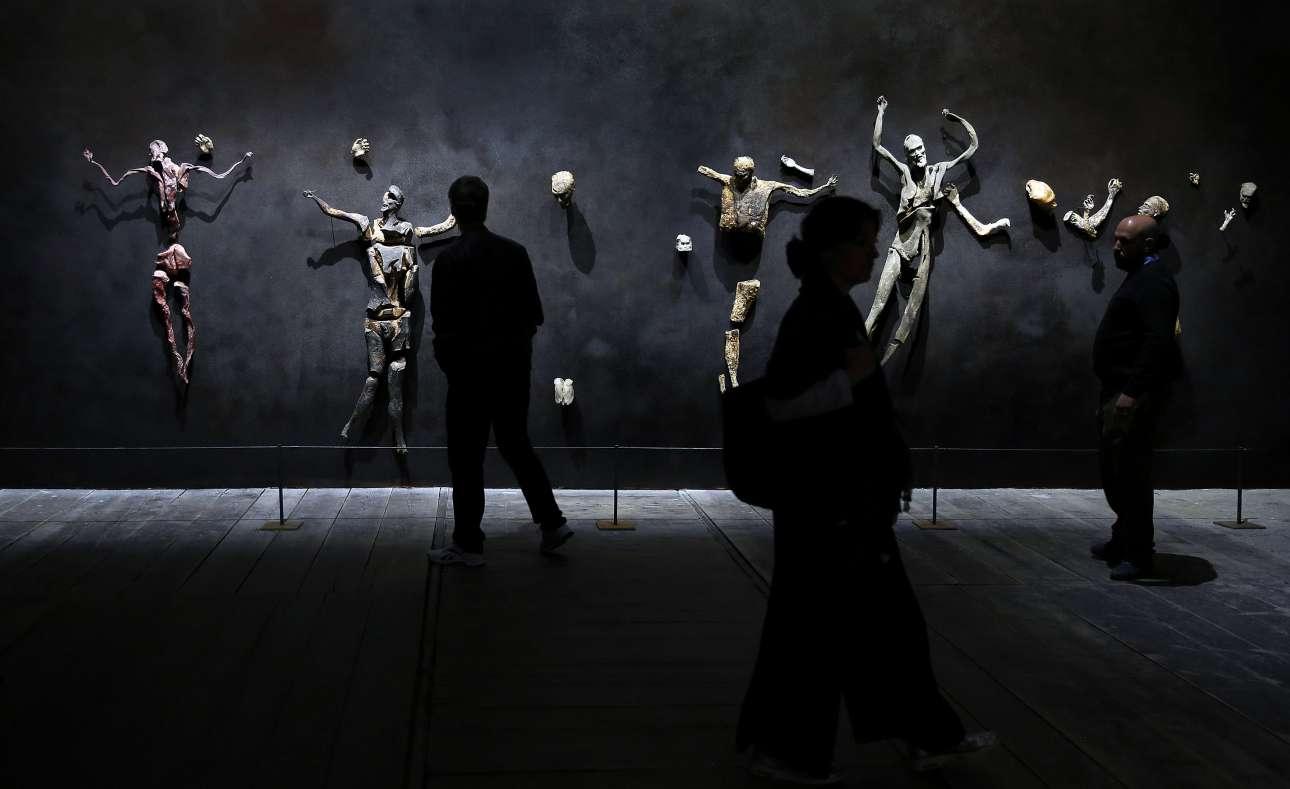 Μαγεία, τελετουργία και φαντασία είναι τα κεντρικά θέματα των τριών καλλιτεχνών του ιταλικού περίπτερου. Την παράσταση έχει κλέψει η θεαματική εγκατάσταση του Ρομπέρτο Κουόγκι, ο οποίος έχει μετατρέψει τον χώρο του Αρσενάλε σε ένα φουτουριστικό εργοστάσιο ομοιωμάτων του Χριστού