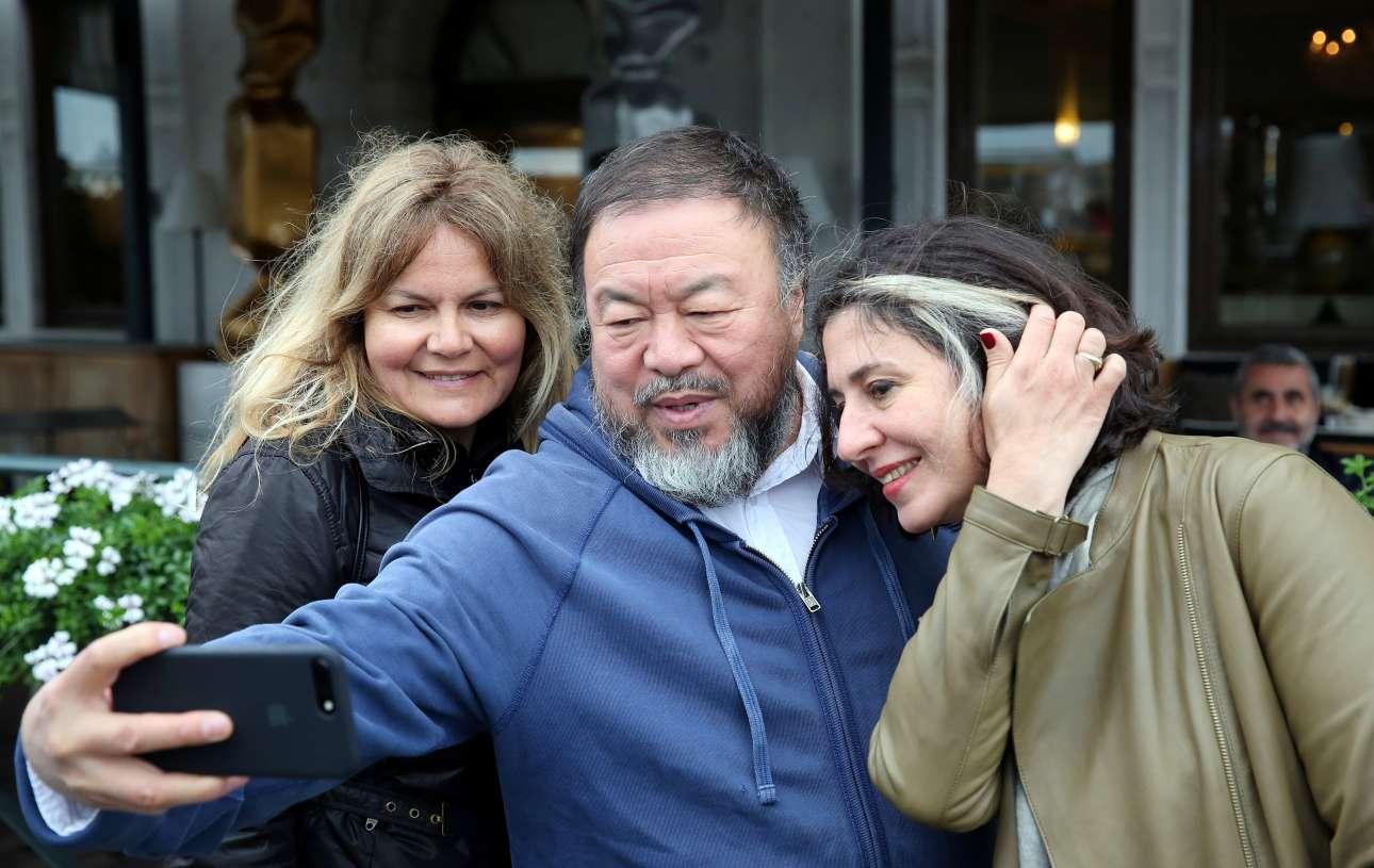 Ο διάσημος εικαστικός Αϊ Γουέι Γουέι και φανατικός των selfies και του instagram, αυτοφωτογραφίζεται με δύο γυναίκες στην Βενετία