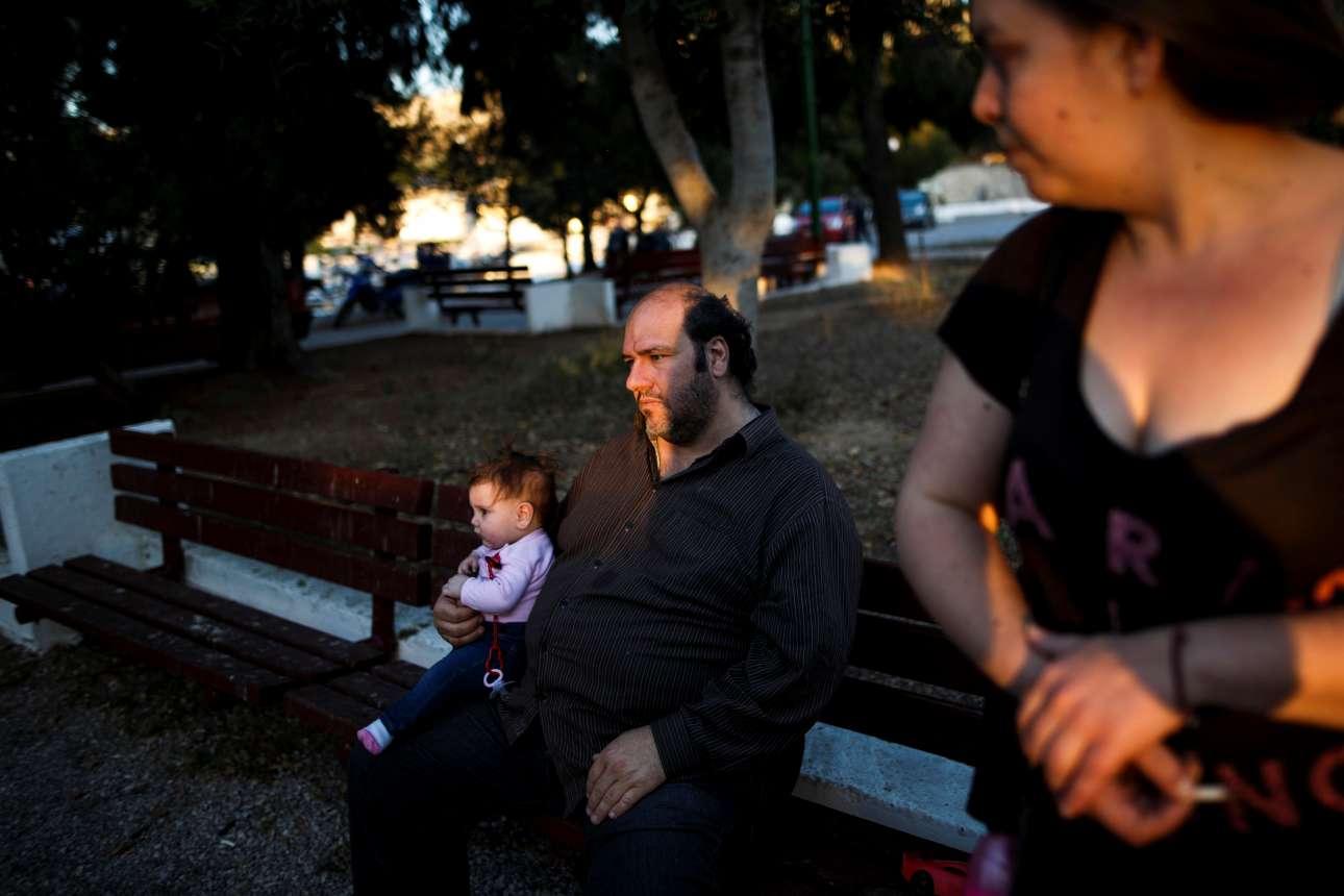 Οι δύο γονείς με τα παιδιά τους στο πάρκο της γειτονιάς τους στο Κερατσίνι