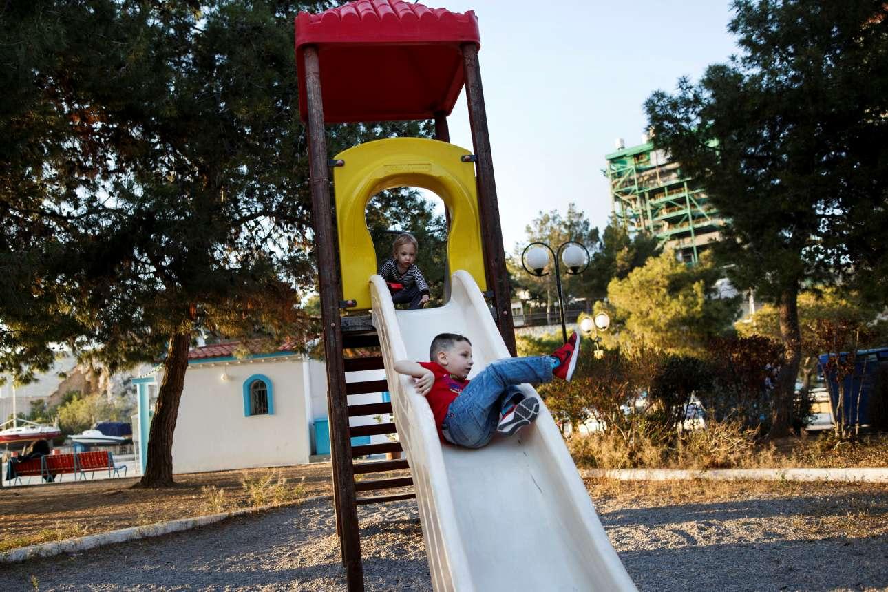 Ο Παναγιώτης και ο Γαβριήλ διασκεδάζουν στην παιδική χαρά του Κερατσινίου