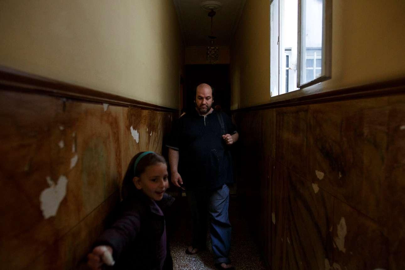 Ο Κώστας Αργυρός με την κόρη του Αργυρώ φεύγουν για το σχολείο
