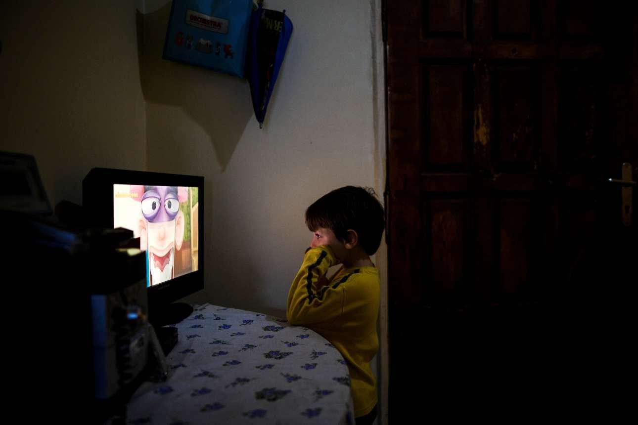 Ο μικρός Παναγιώτης βλέπει κινούμενα σχέδια στην τηλεόραση
