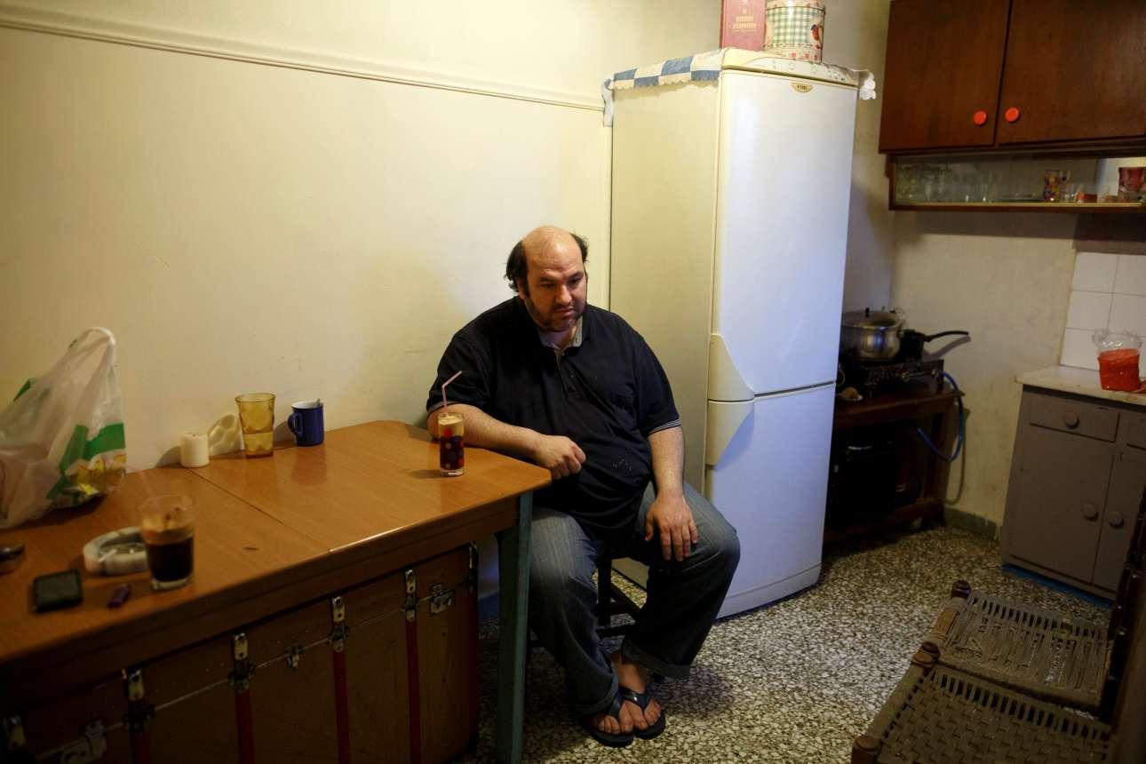 Ο Κώστας Αργυρός πίνει τον πρωινό του καφέ στην κουζίνα του σπιτιού