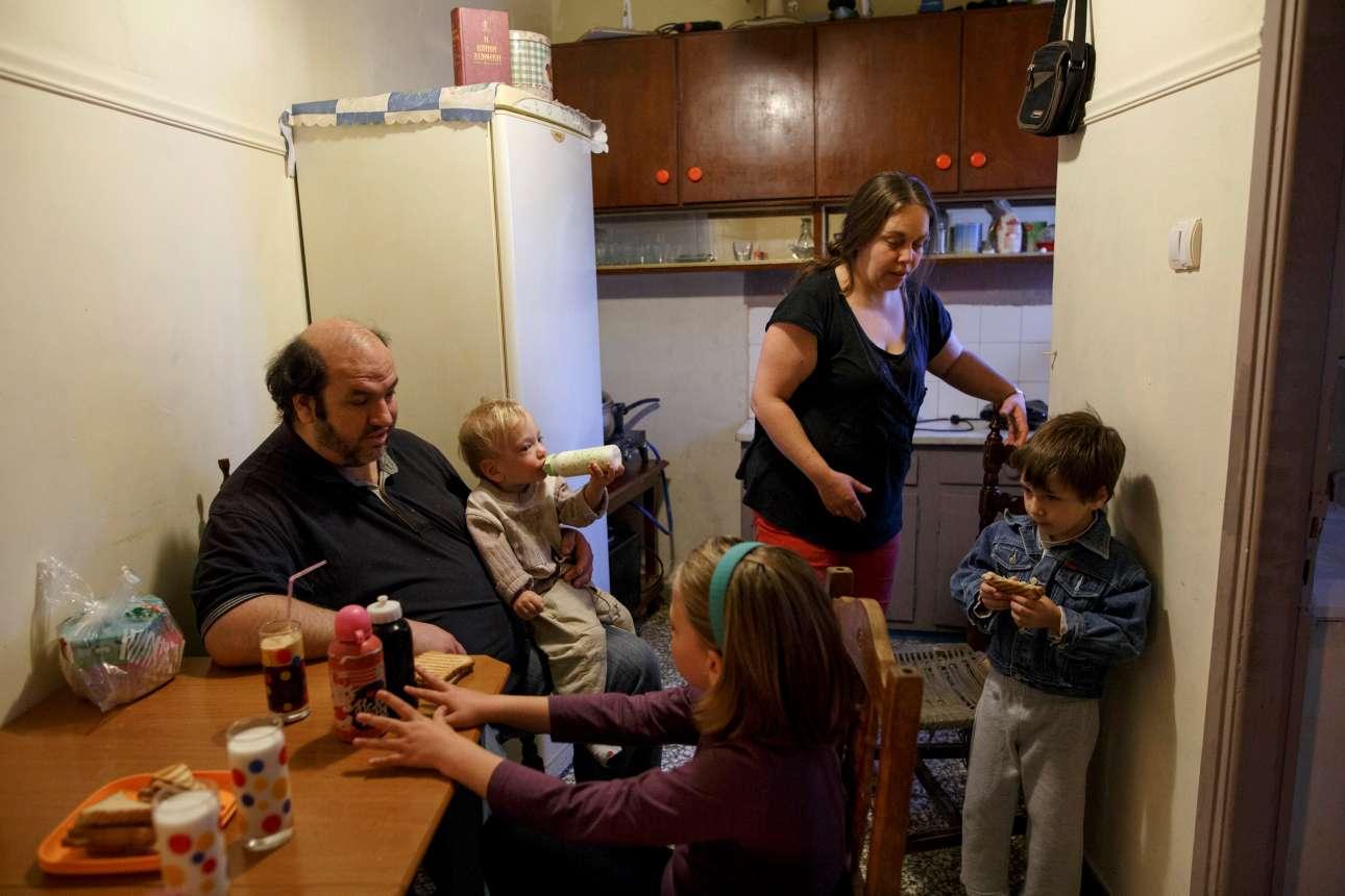 Η οικογένεια μαζεμένη για πρωινό, στο σπίτι της στο Κερατσίνι