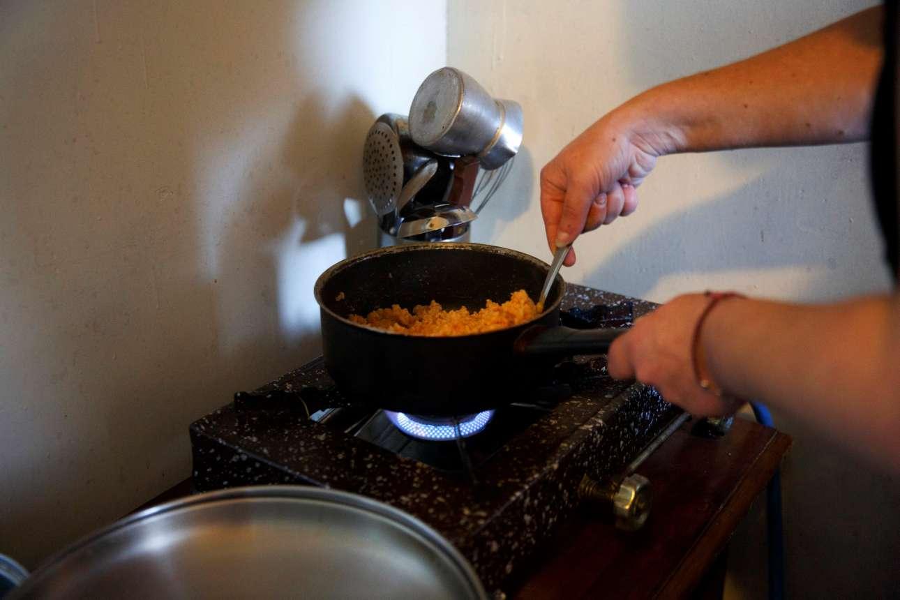 Η Ολγα Αργυρού ετοιμάζει ρύζι για τα παιδιά της