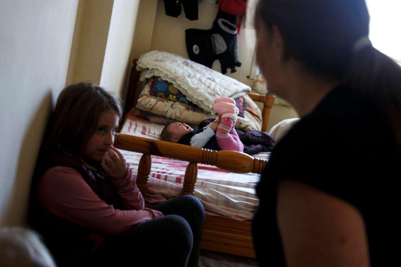 Η μάχη της καθημερινότητας. Η μητέρα προσπαθεί να φροντίσει τα παιδιά που βρίσκονται στο σπίτι