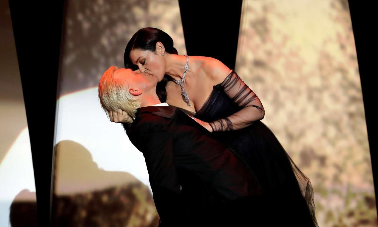 O Αλεξ Λουτζ δέχεται το παθιασμένο φιλί και το μαλλιοτράβηγμα από τη Μόνικα. Τι θα πει «ποια Μόνικα;»