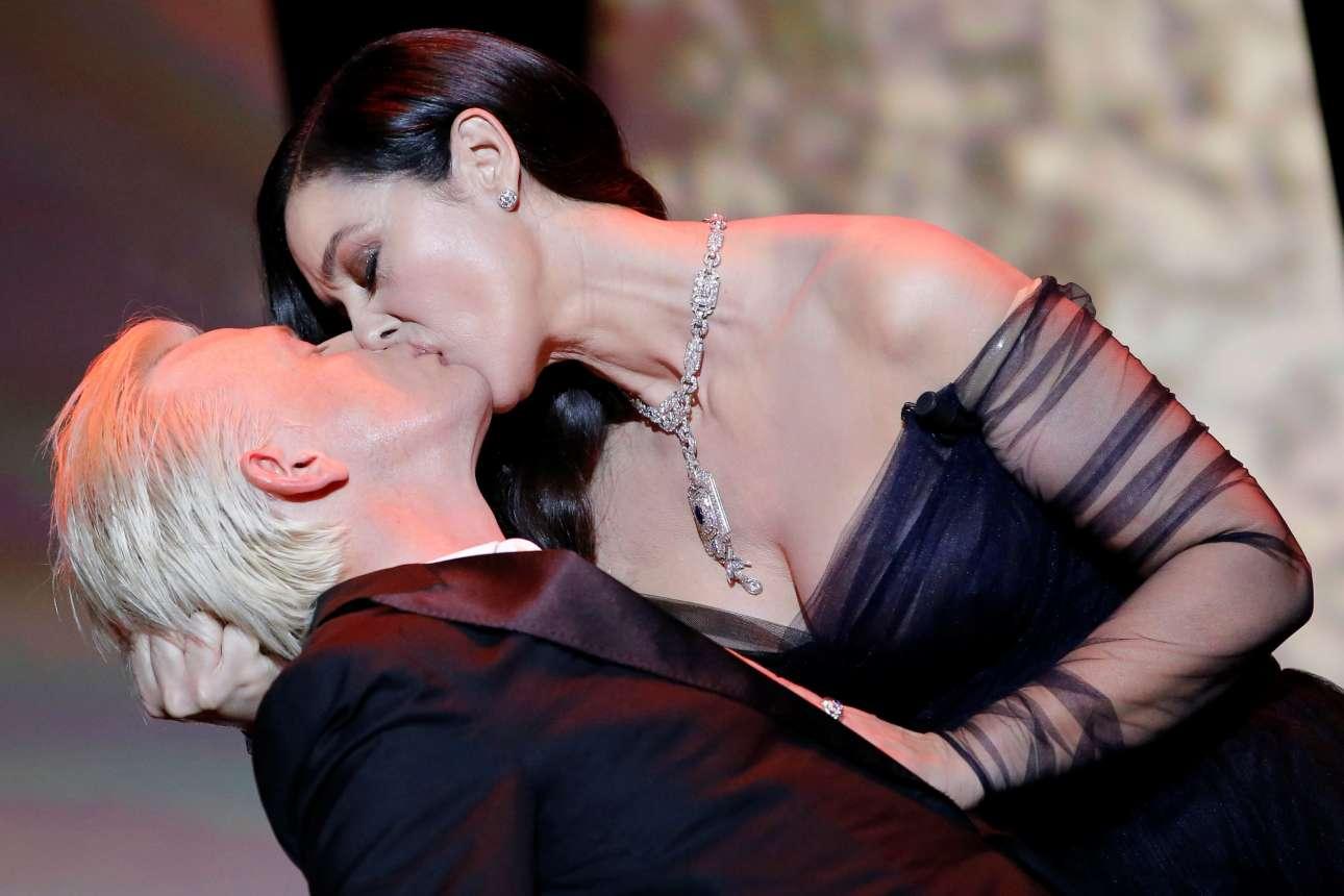 Λεπτομέρεια του φιλιού. Η Μόνικα Μπελούτσι και ο τυχερός Αλεξ Λουτζ στο σόου που έδωσαν στην τελετή έναρξης του 70ου φεστιβάλ των Καννών
