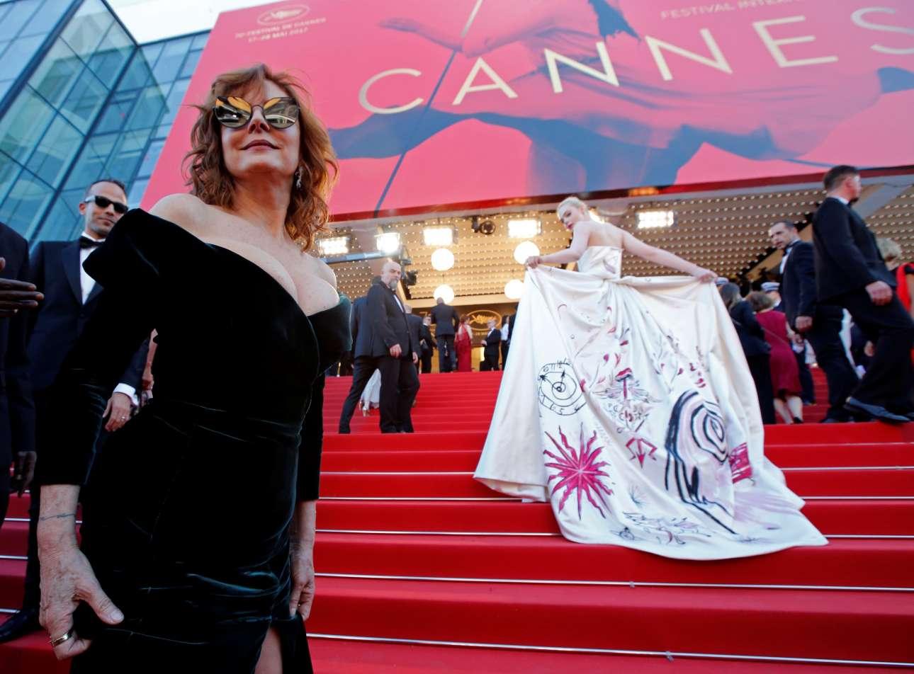 H Σούζαν Σαράντον, πάντα εντυπωσιακή ετοιμάζεται να ανεβεί το κόκκινο χαλί. Η Ελ Φάνινγκ προηγείται και ρίχνει μια κλεφτή ματιά στον φωτογραφικό φακό