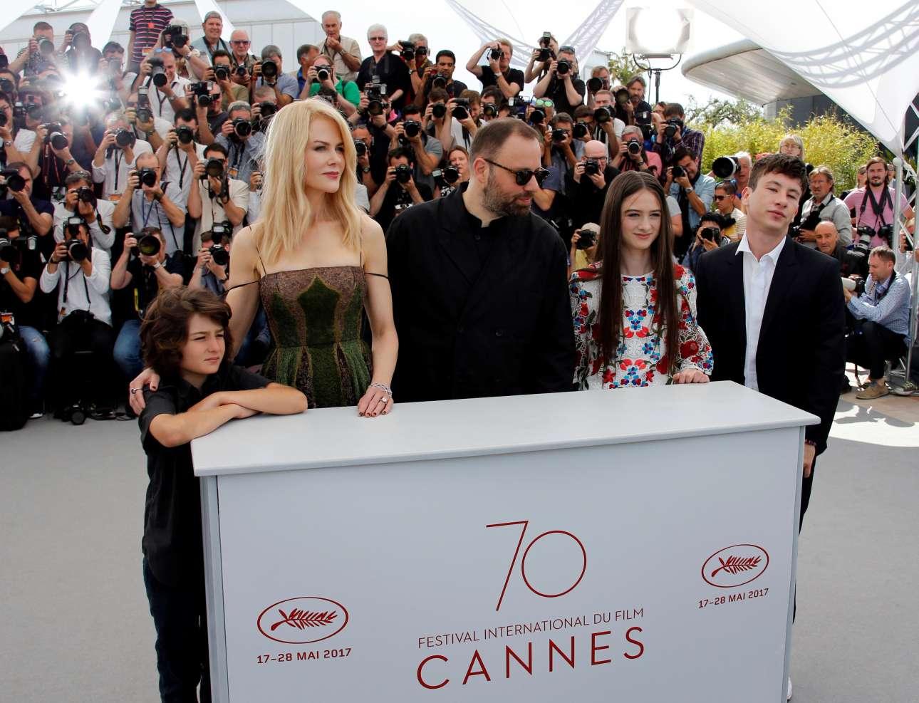 Η πρωινή φωτογράφιση. Από αριστερά: Σάνι Σούλιτς, Νικόλ Κίντμαν, Γιώργος Λάνθιμος, Ράφεϊ Κάσιντι και Μπάρι Κόγκαν. Η ταινία έχει να κάνει και με παιδιά