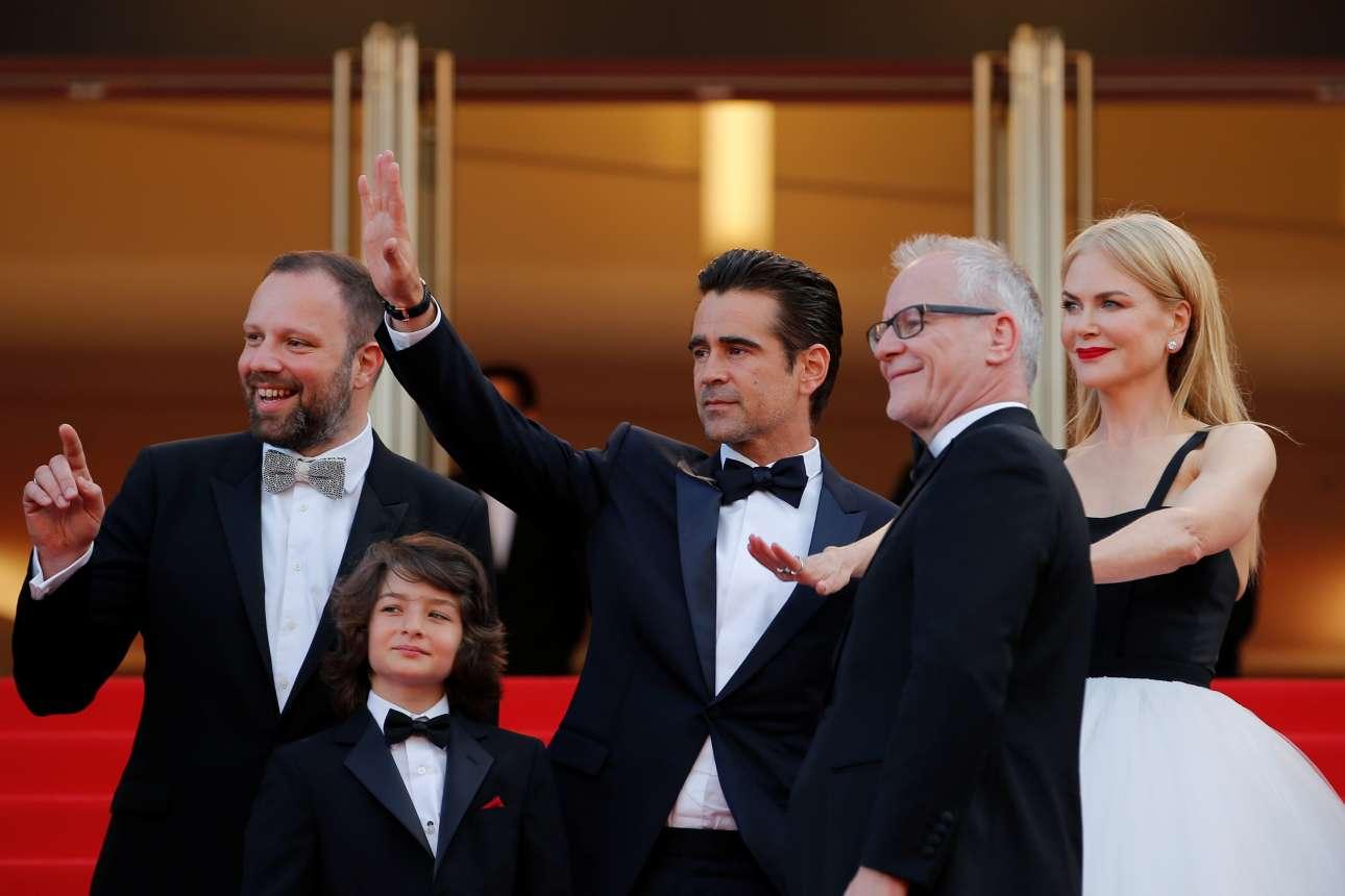 Ο Λάνθιμος με τον Σάνι Σούλιτς, τον Κόλιν Φάρελ, τον γενικό διευθυντή του φεστιβάλ Τιερί Φρεμό και τη Νικόλ Κίντμαν χαιρετούν τους φωτογράφους