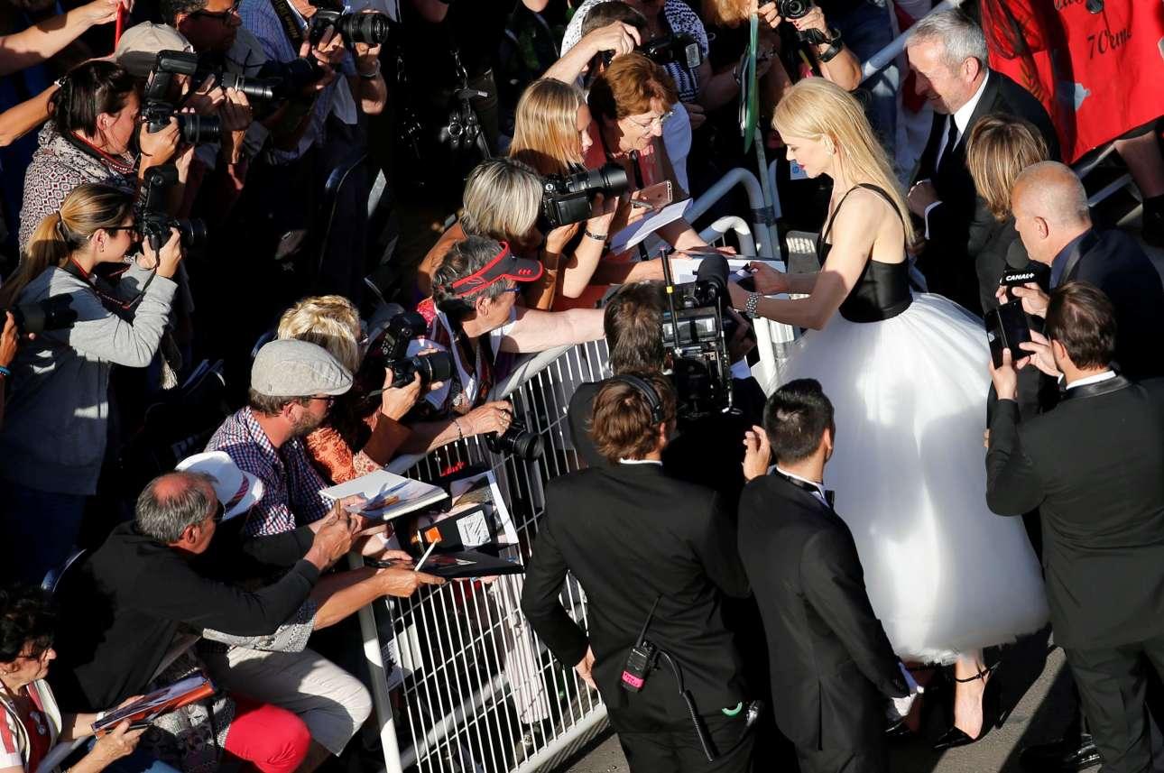 Η Νικόλ Κίντμαν πολιορκείται από τηλεοπτικά συνεργεία, φωτογράφους και βεβαίως φαν που ζητούν ένα αυτόγραφο